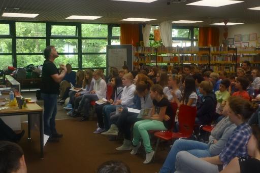 John Connolly liest vor den Schülerinnen und Schülern